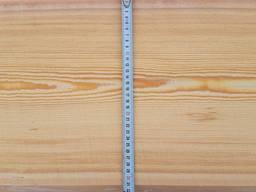 Sibirische-Lärchenholz: nicht kantig (Sortierung 0-1) und Schnittholz (Einstufung 1-4).