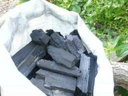 Wir bieten Lieferung von Holzkohle.